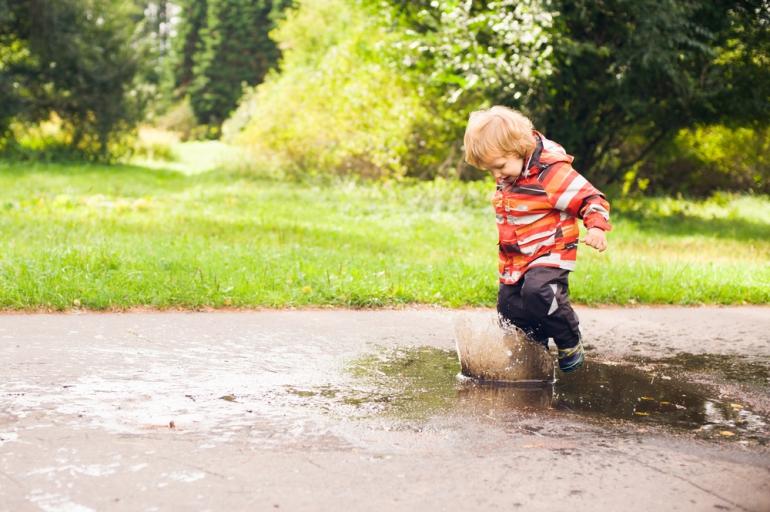 Що робити якщо малюк любить стрибати по калюжах - изображение 2