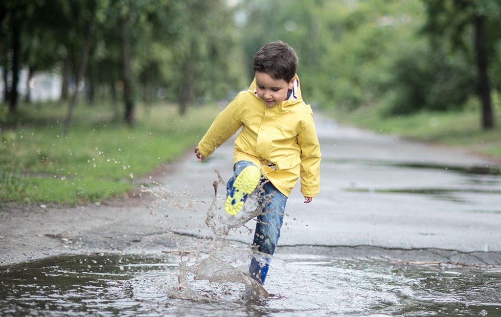 Що робити якщо малюк любить стрибати по калюжах - изображение 1